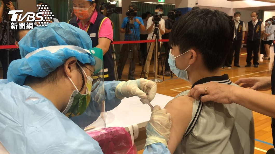 圖為台中學子接種BNT疫苗。(示意圖,與新聞事件無關。圖/中央社) 中市高中生接種BNT疫苗 4人身體不適就醫