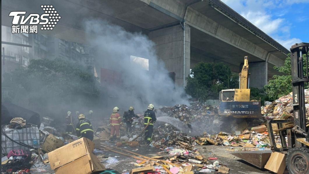 回收場發生火警。(圖/TVBS) 資源回收廠突起火!紙類雜物堆放 燃燒濃煙竄天際