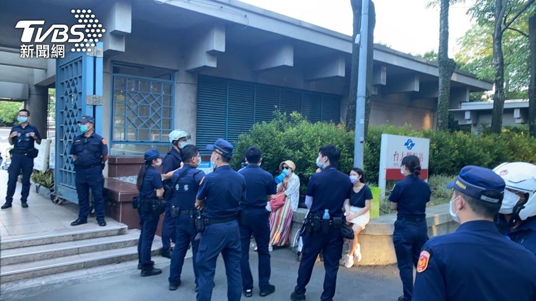 警方接獲報案指稱有民眾在捷運台大醫院站外發傳單。(圖/TVBS) 「你小孩打的恐是毒針」 5男女在捷運台大醫院站發傳單