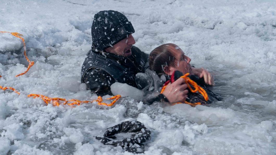 連恩尼遜親自潛入結凍冰湖救援弟弟,限時60秒內必須完成。(圖/甲上提供) 連恩尼遜潛冰湖救弟 限時60秒遊走死亡邊緣