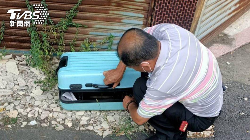 大突里里長謝章啟發現行李箱內有祖先牌位。(圖/TVBS) 行李箱躺路邊1個月驚見「祖先」嚇歪 專家:他恐衰萬年