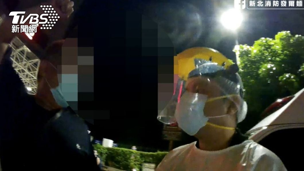 男子怒罵消防員。(圖/TVBS) 火神的眼淚真實版!消防員送醉男就醫 友擋車嗆「敗類」