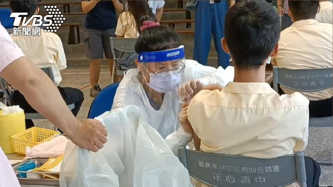 雲林昨(23)日共千餘學生打BNT疫苗,今(24)日有699人請假。(圖/TVBS) 雲林千餘學生打BNT 36人暈針、近半數打完隔天請假
