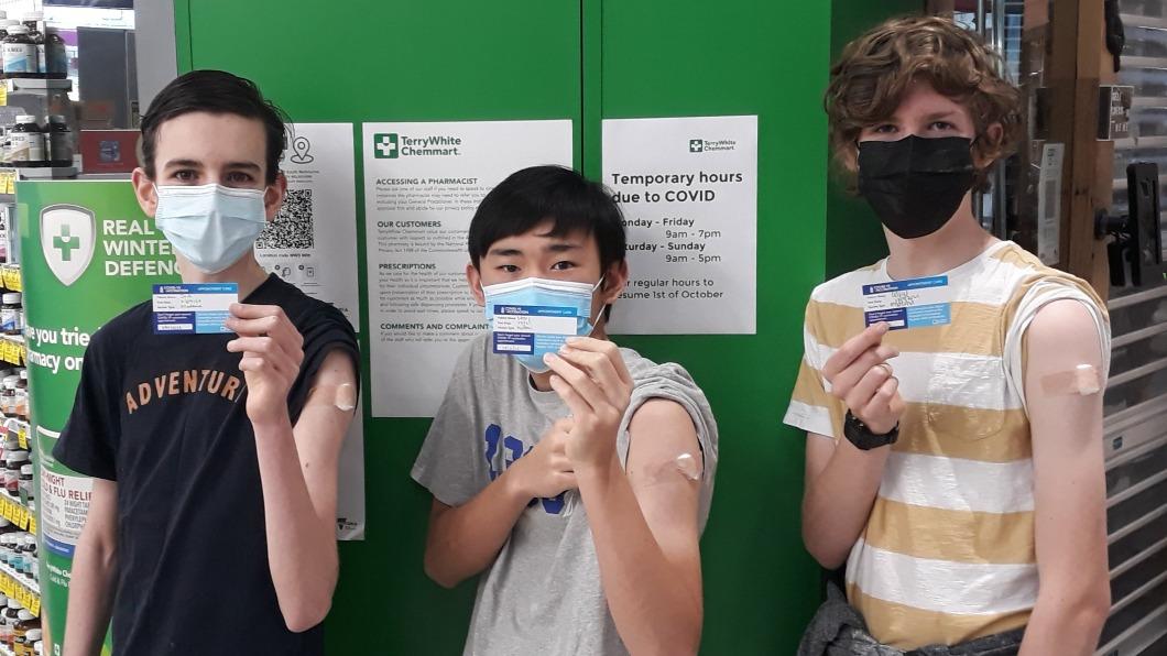 「CovidbaseAU」於推特公開3人完成接種的照片。(圖/翻攝自CovidBaseAU 推特 @covidbaseau) 澳洲15歲青年打造新冠權威數據庫 起因只為「好玩」