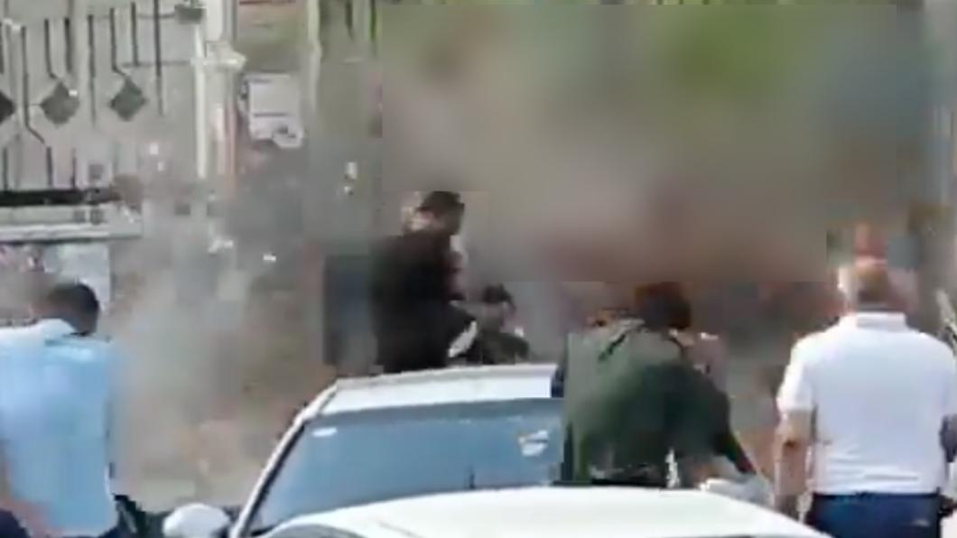 爆炸瞬間畫面超驚悚。(圖/翻攝自Marina 推特 @Marina_sy0) 敘利亞親友紛爭竟引爆手榴彈!爆炸瞬間畫面曝光
