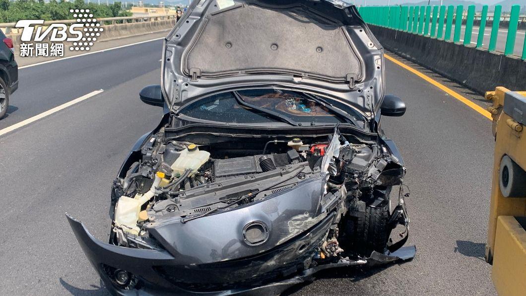 國道10號西向9.2公里發生交通事故,一輛轎車受撞擊後,引擎蓋全掀。(圖/警方提供) 國10嚴重車禍!超車不當2車相撞 引擎蓋全掀、另車側翻