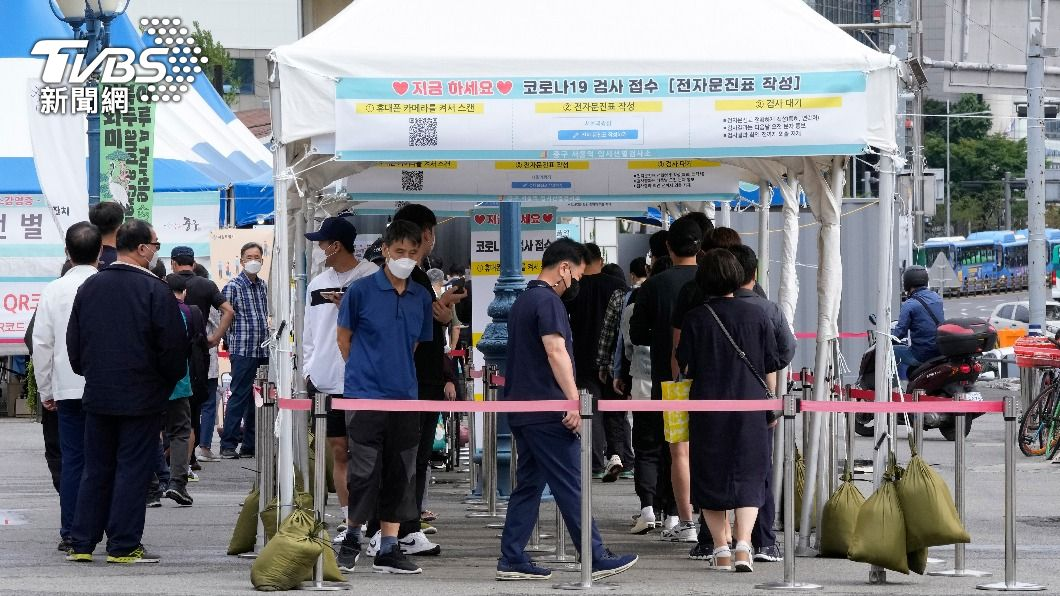 南韓民眾排隊等待篩篩檢。(圖/AP) 南韓中秋後疫情再升溫!單日確診飆破3000