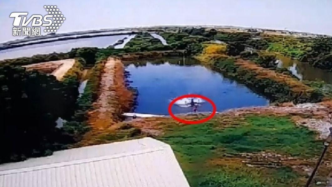 七股男童跌落魚塭送醫不治。(圖/TVBS) 3歲童跌落魚塭!阿嬤找不著 1小時後被撈起送醫不治