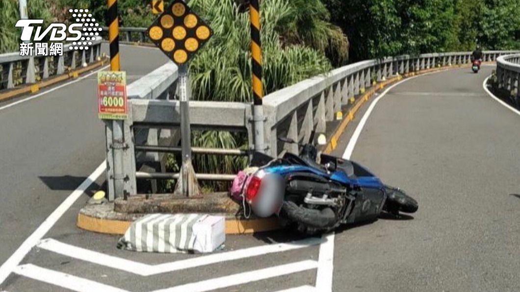 老翁自撞重新橋護欄。(圖/TVBS) 重新橋分岔口自撞!7旬翁煞不住墜落重摔地 頭部重創亡