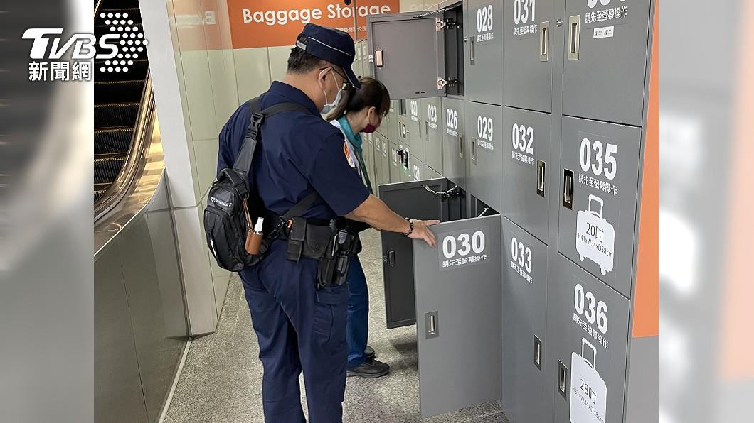 警方加強搜查置物箱。(圖/TVBS) 高捷3站遭恐嚇放炸彈 警方急查IP搜留言者