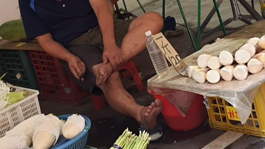 有民眾逛市場時發現攤販老闆拿竹筍刀削腳皮。(圖/翻攝自爆料公社二社) 市場菜販「竹筍刀削腳皮」 她親睹怒轟:噁不噁心!
