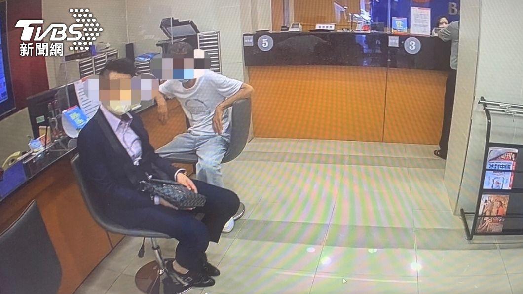 詐騙集團車手與控場成員一起到銀行。(圖/TVBS) 原以為他被騙才領160萬!「警示帳戶」突秀出 戳破真面目