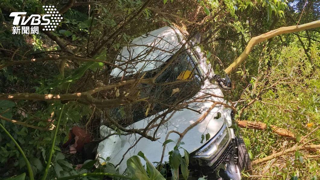 轎車因會車不慎發生墜谷意外。(圖/TVBS) 山路會車不慎!一家3口連人帶車摔5層樓高山谷 輕傷脫困