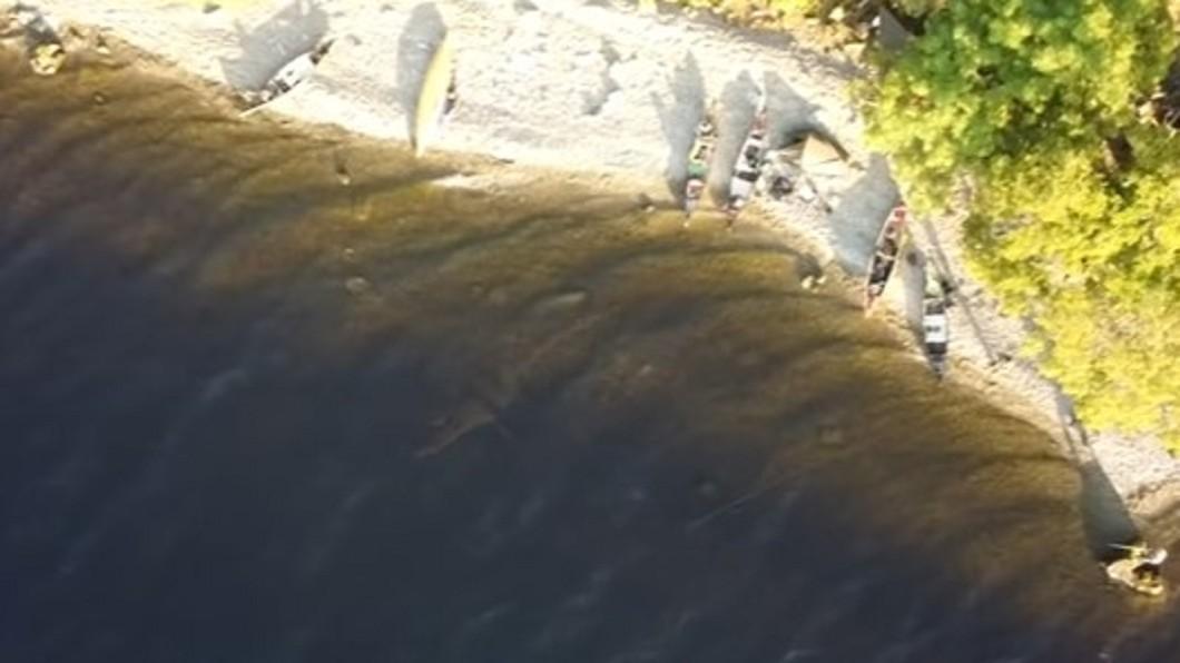 英國一名男子在參加獨木舟活動時,意外拍下疑似尼斯湖水怪的身影。(圖/翻攝自Richard Outdoors YouTube) 尼斯湖水怪現身?露營男空拍「清晰巨大身影」網嚇傻