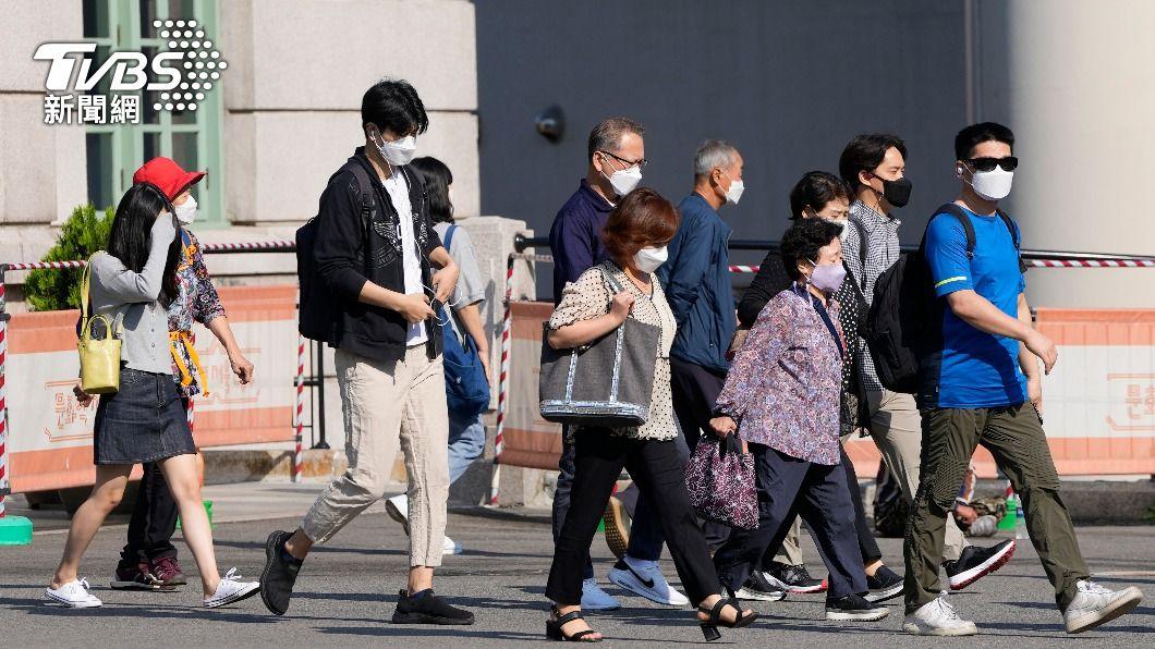 南韓與病毒共存,將逐步放寬防疫回歸日常生活。(圖/AP) 朝與病毒共存!南韓疫情升溫但總理宣布「逐步鬆綁、年底可望脫口罩」