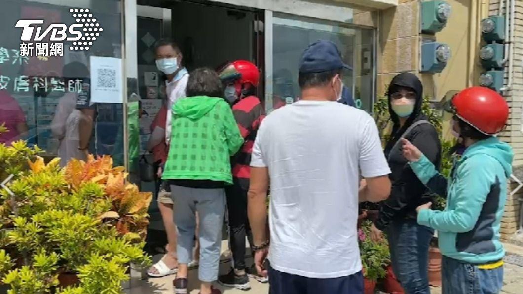 澎湖爆出怪病,當地人擠爆皮膚科。(圖/TVBS) 澎湖爆怪病!全身冒出「奇癢紅疹」 當地人擠爆皮膚科