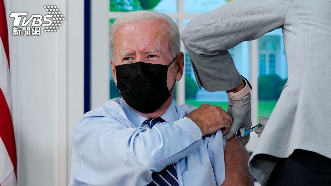 美國總統拜登接種第3劑輝瑞/BNT疫苗。 (圖/達志影像美聯社) 美國第3劑疫苗開打 拜登帶頭接種盼增信心