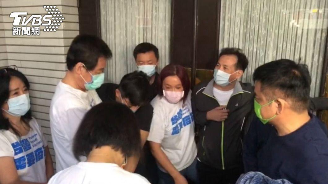 國民黨團書記長陳玉珍突襲議場爆發衝突。(圖/TVBS) 藍綠爆衝突!陳玉珍清晨突襲議場開嗆:睡覺也算排隊?