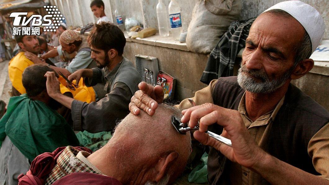 塔利班再頒新政,禁止髮廊替顧客修剪鬍鬚。(圖/達志影像美聯社) 放棄個人風格!塔利班禁止髮廊「刮鬍」服務 大家長一樣