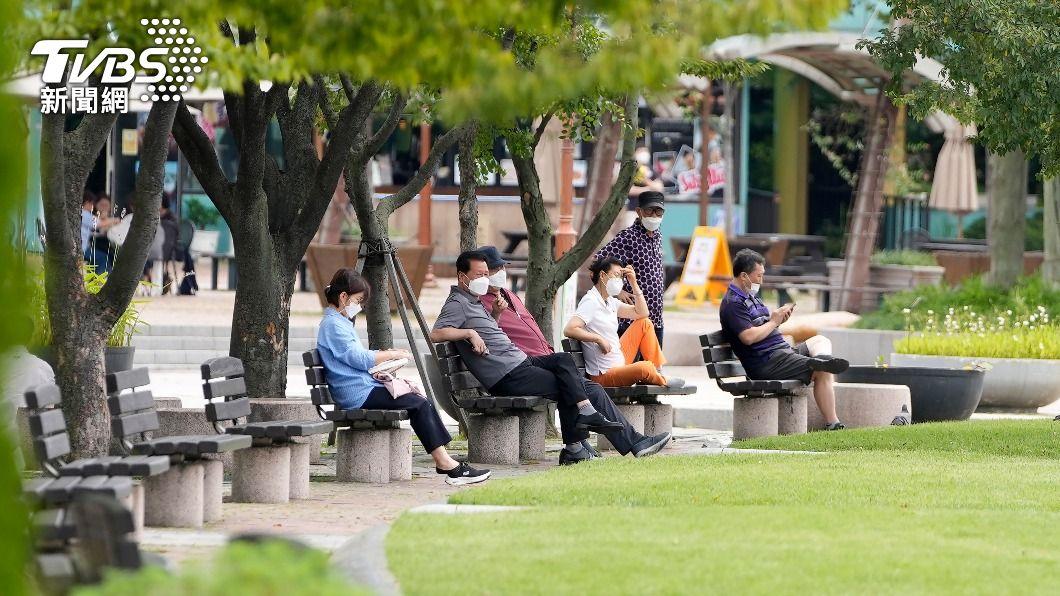 韓國民眾在公園休息,戴好口罩防疫。(圖/達志影像美聯社) 不堪長時間防疫 韓國擬最快10月底逐步恢復日常