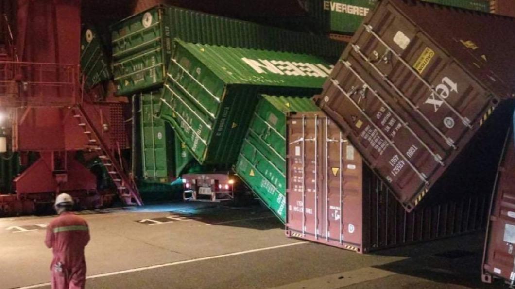 高雄港出現貨櫃倒塌事件。(圖/TVBS) 高雄港碼頭貨櫃「疊疊樂式」倒塌 人車驚險擦邊無傷亡