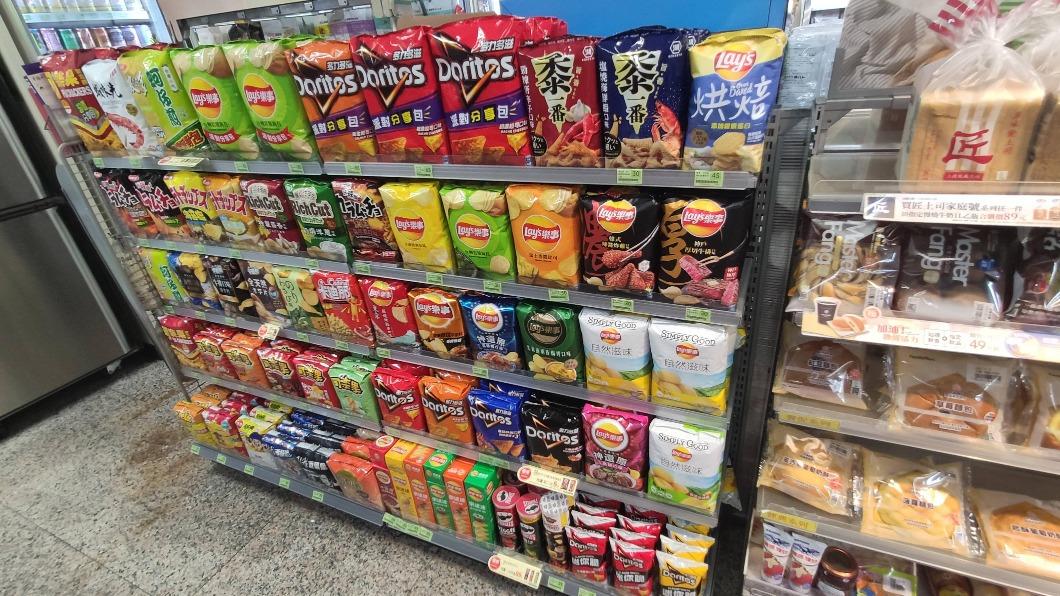 超商零食區的擺放方式讓網友十分震驚。(圖/翻攝自PTT) 超商零食怎麼擺?過來人見「這動作」笑翻:一定剛退伍