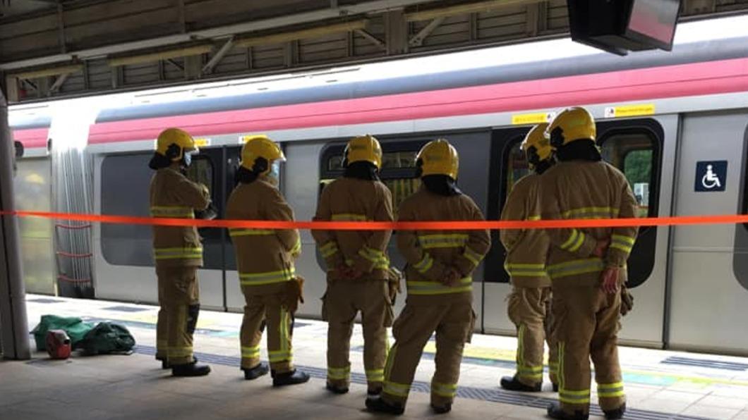 港鐵東鐵線九龍塘站有列車,車頂與架空電纜之間爆出火花。(圖/香港01) 港鐵九龍塘站列車故障現火花!乘客嚇傻:爆了至少3次
