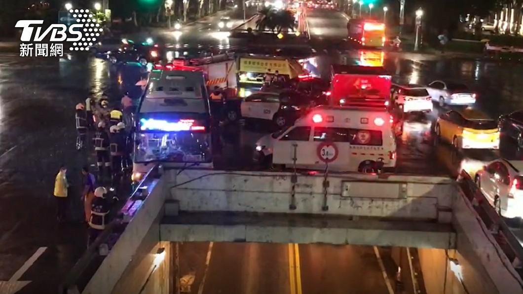 台北市中正區發生嚴重車禍意外。(圖/TVBS) 北市公車司機恍神「衝撞橋墩」13傷 警消急搶救