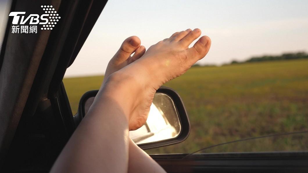 許多女性坐在副駕駛座時喜歡把腳翹在前方置物箱上。(示意圖/shutterstock達志影像) 女坐副駕翹腳遇車禍 「腿骨插進屁股」X光照曝超驚悚