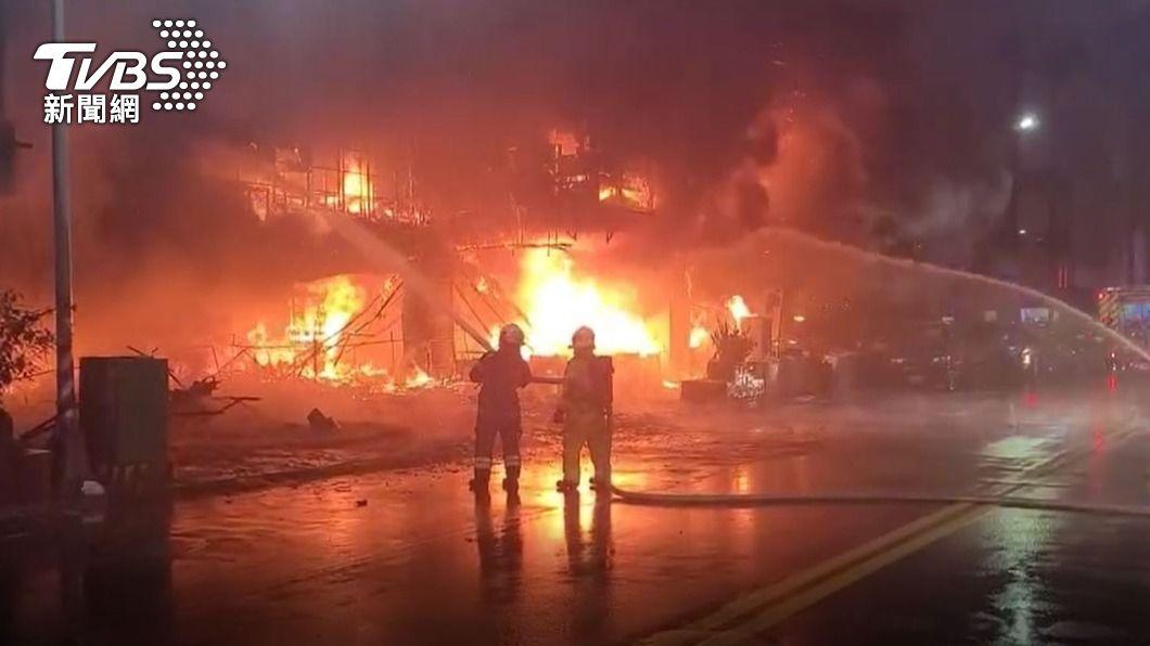 圖/TVBS  一樓店面突爆炸起火!濃煙直竄大樓住戶受困喊救命
