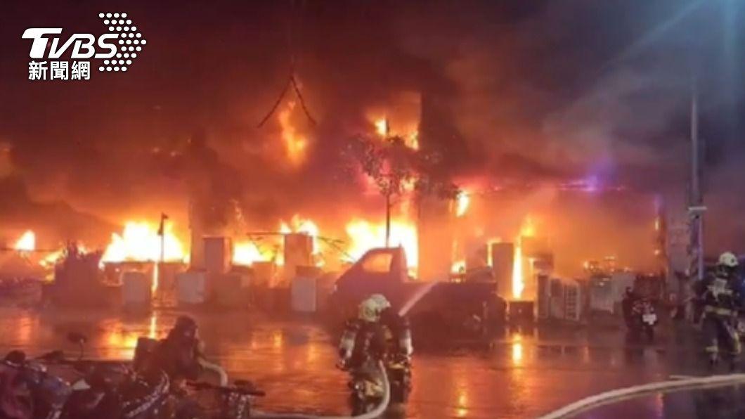 高雄城中城社區發生大火。(圖/TVBS) 不斷更新/城中城惡火增至46死 41人輕重傷