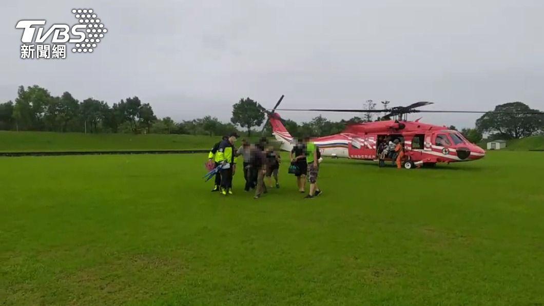 空勤直升機救援13名遊客。(圖/中央社) 宜蘭野營遇溪水暴漲 直升機救援13人平安脫困