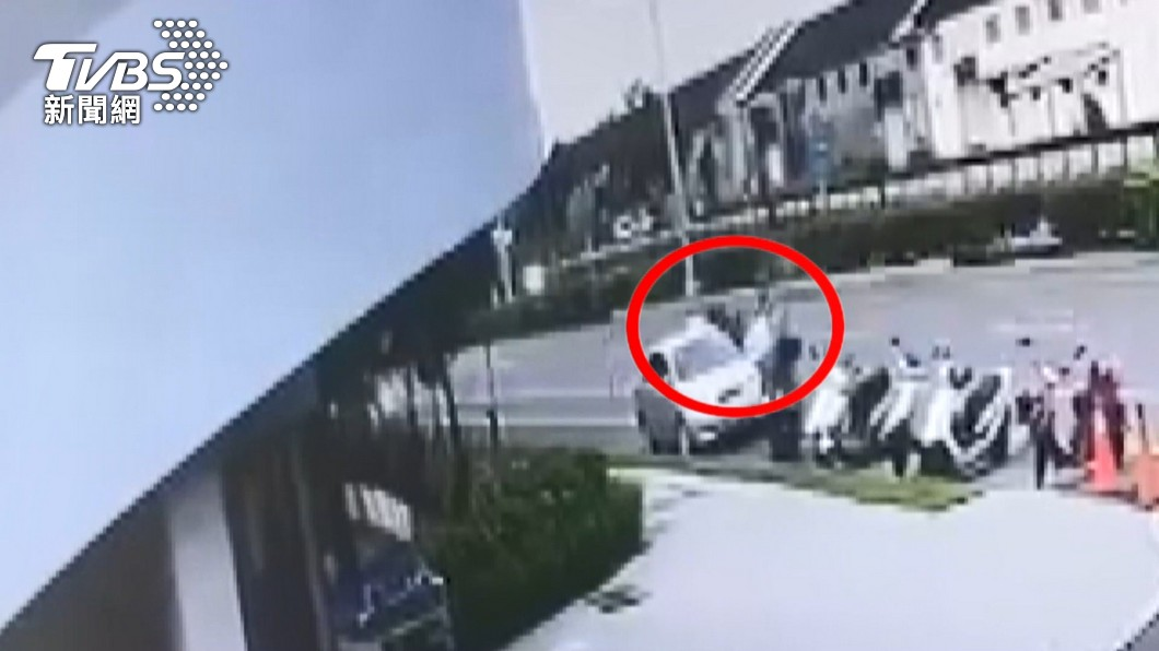 [新聞] 為何抓我?移工行竊失風砍傷車主 警到