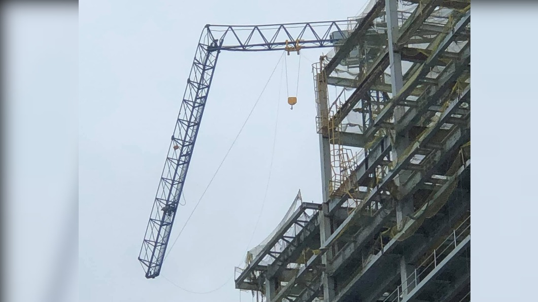新店賣場貨架倒 新莊工地頂樓吊臂「歪腰」