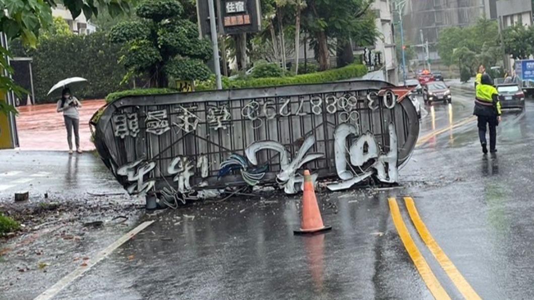 一震就掉!宜蘭礁溪溫泉會館3米高「鐵製招牌」砸落