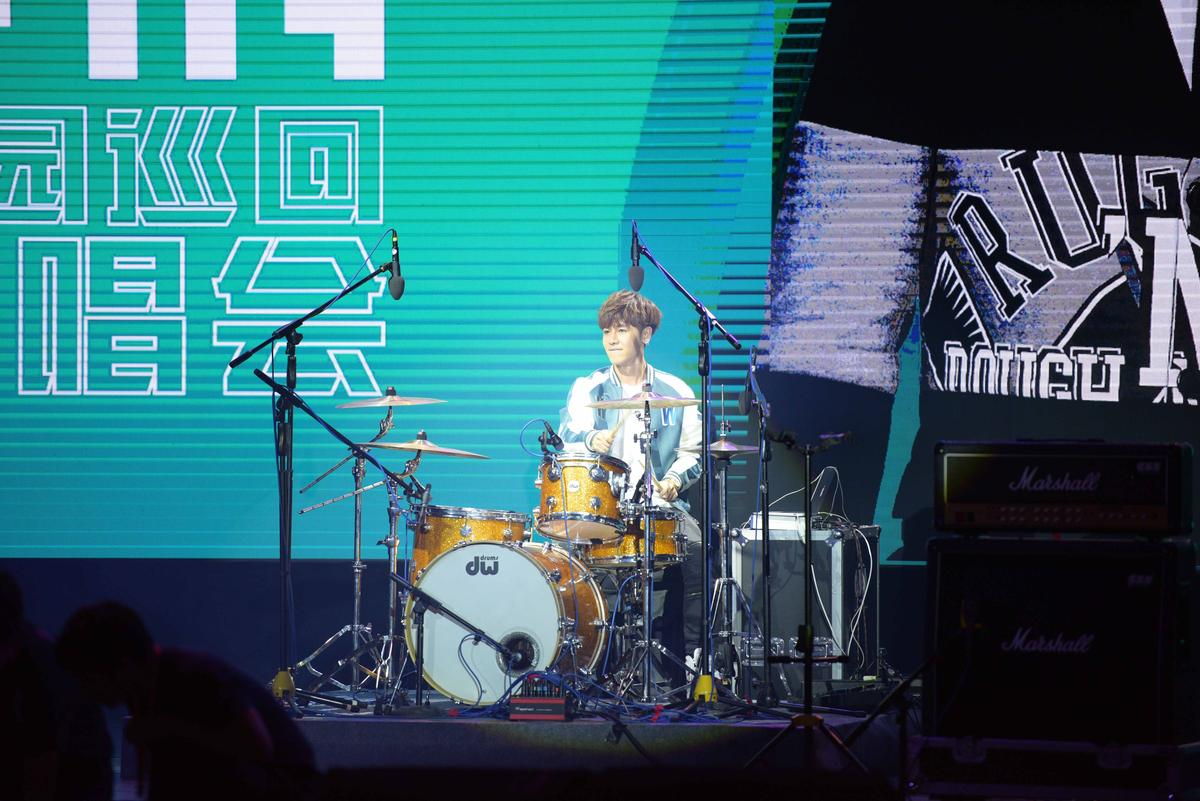 鼓鼓壓軸登場,除了唱歌還彈吉他、打鼓秀音樂才藝。