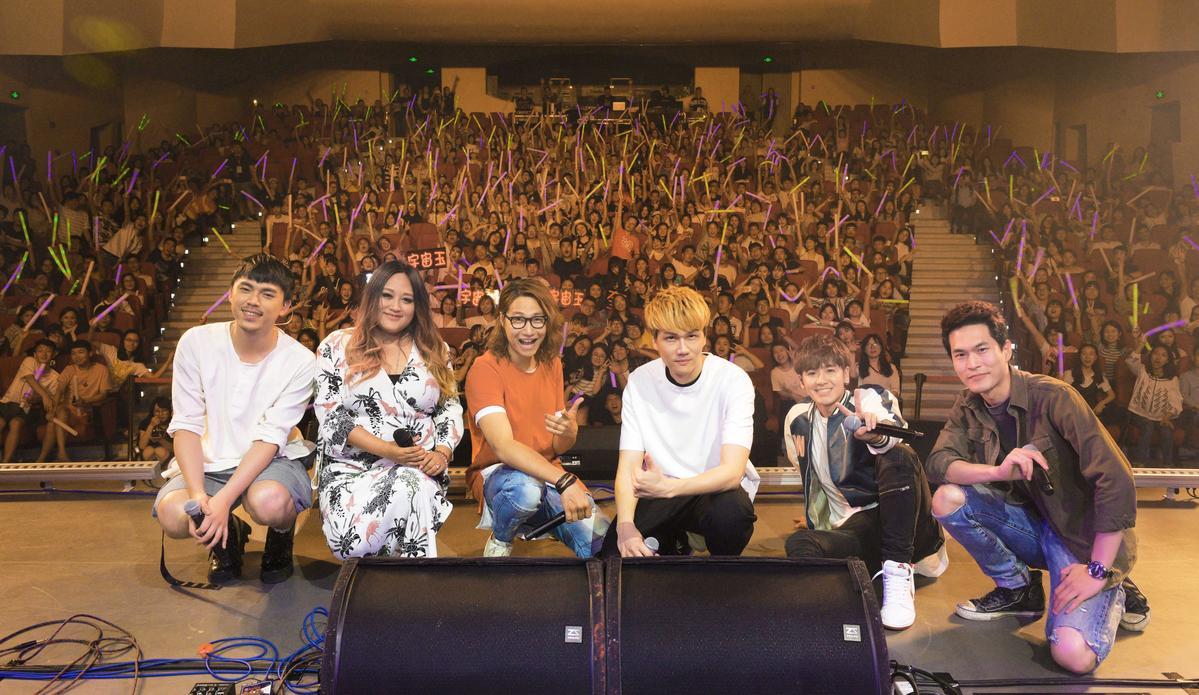 HUSH(左起)、家家、宇宙人樂團及鼓鼓(右二)16日在成都舉辦校園演唱會。