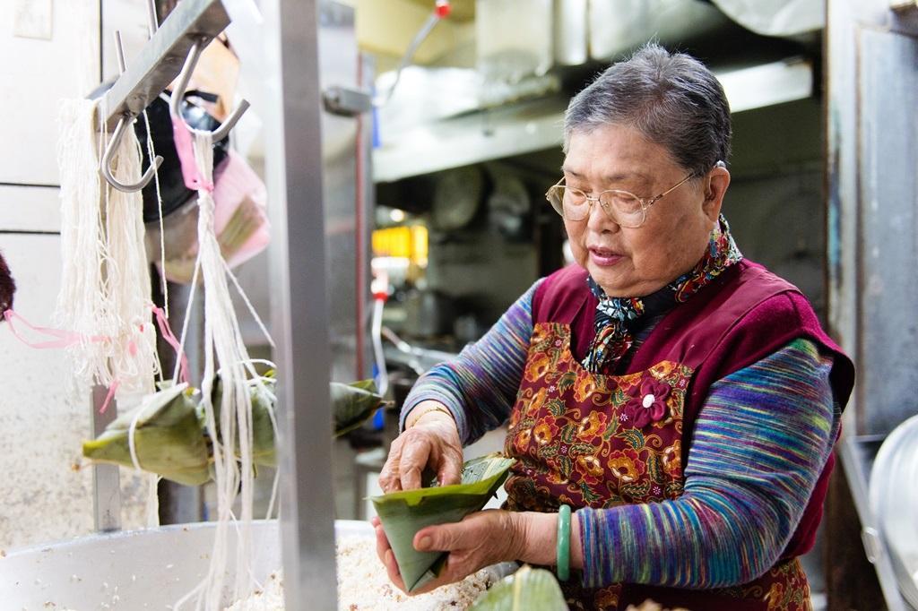 高齡81歲的黃足,年輕時包粽是為養家,現在是做消遣。