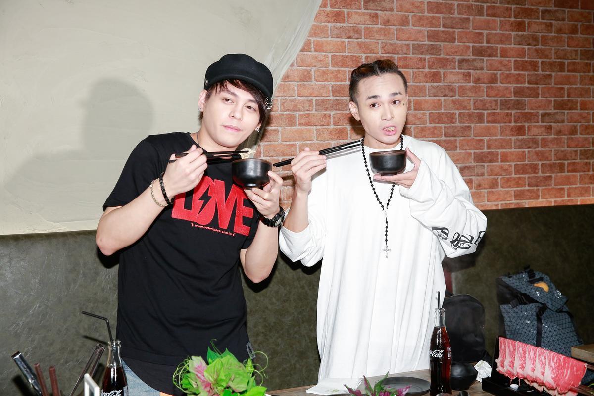 胡睿兒(右)和搭檔楊琳(左)做壽喜燒。