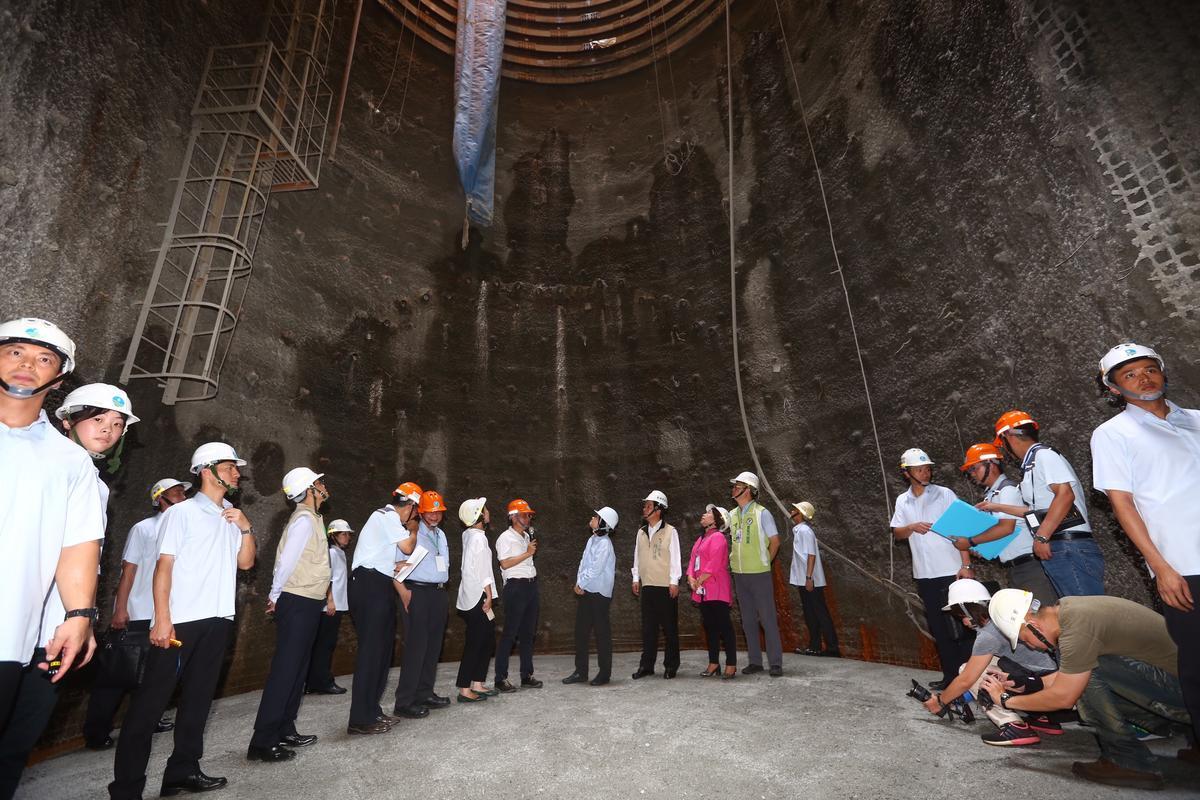 蔡總統上午在賴清德、經濟部長李世光陪同下,共同走進霸頂下方的排淤水道視查工程概況。