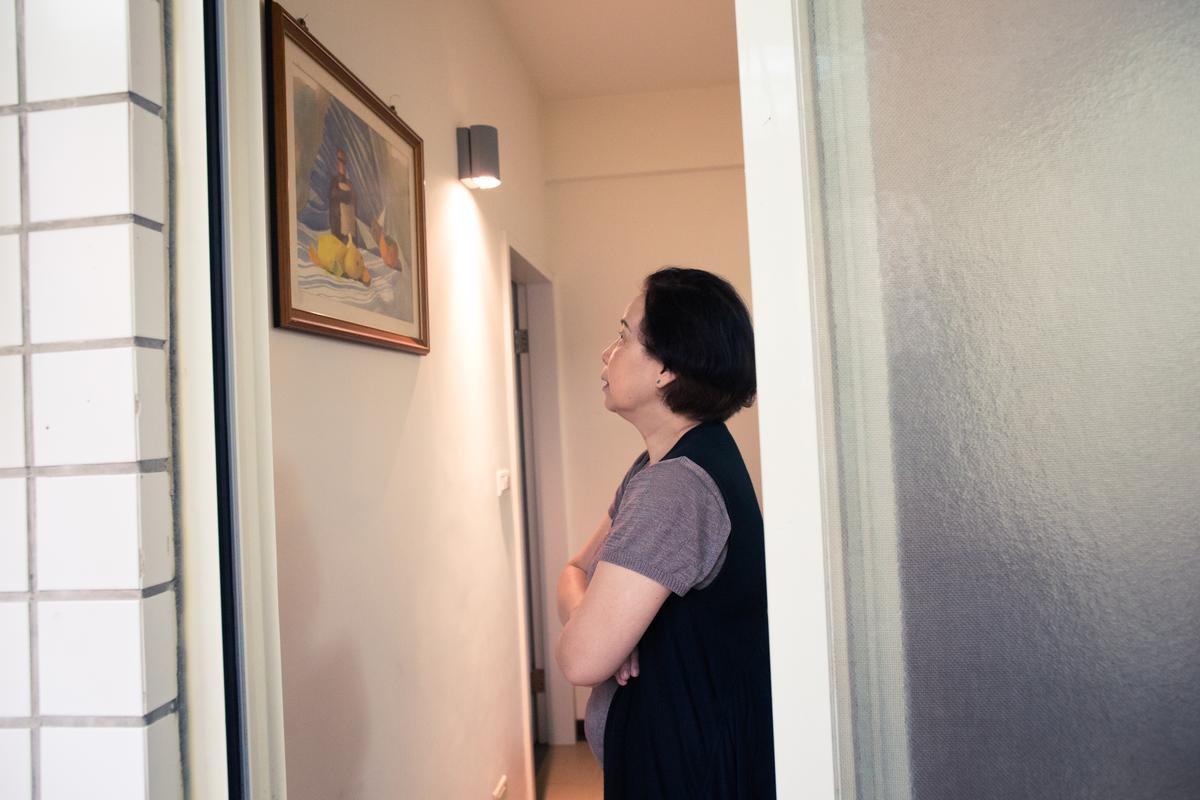 秉憲的水彩習作還掛在家中的牆上。陳姐看著看著,就出神了...