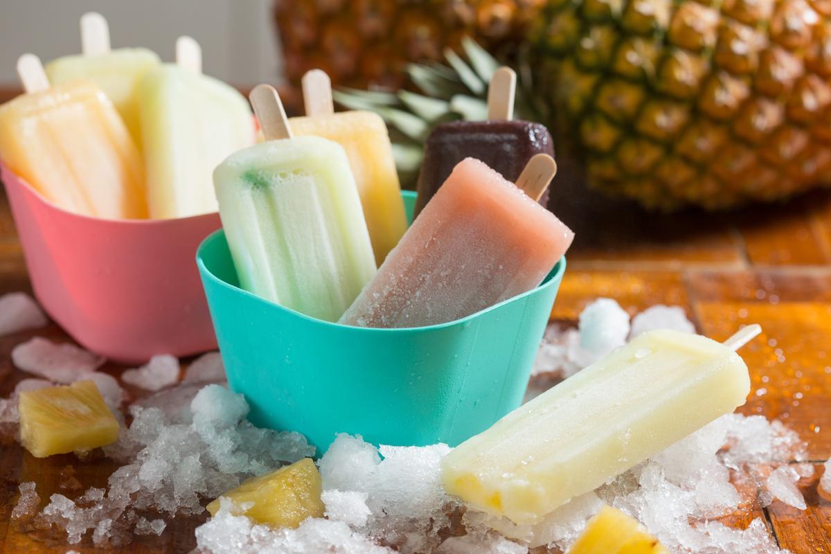 清新的水果口味枝仔冰有本土鳯梨做成的「鳯梨」(前方)及酸鮮的「酸梅」「藍莓」「百香果」及「情人果」等口味。(藍盒裡由右到左,15元/枝)