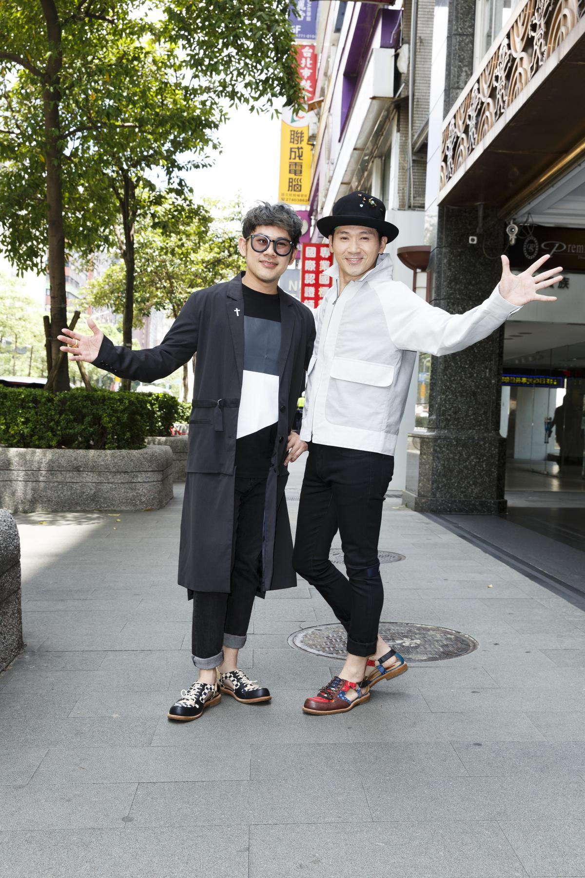 易桀齊(右)和伍冠諺笑稱設計師Jimmy Choo曾允諾認購專輯,讓2人又驚又喜。