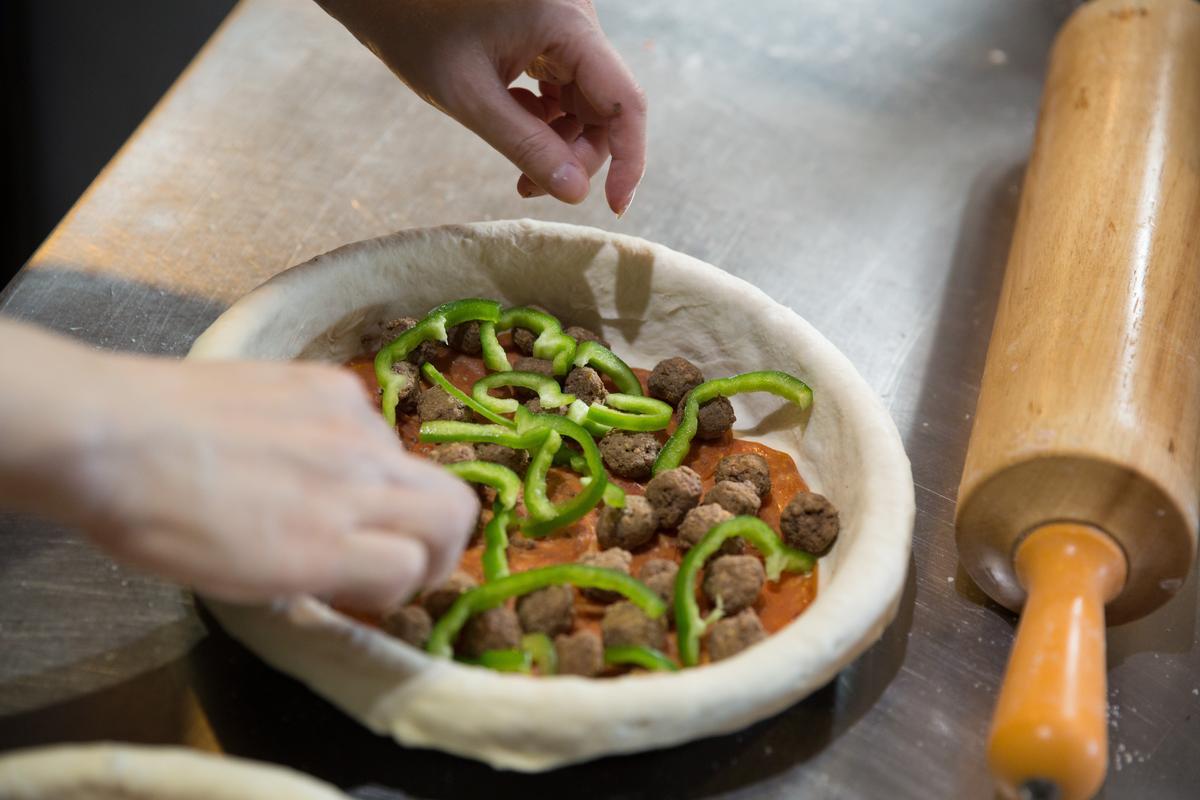 內餡會擺進豐富配料,像是臘腸和手工牛肉丸。