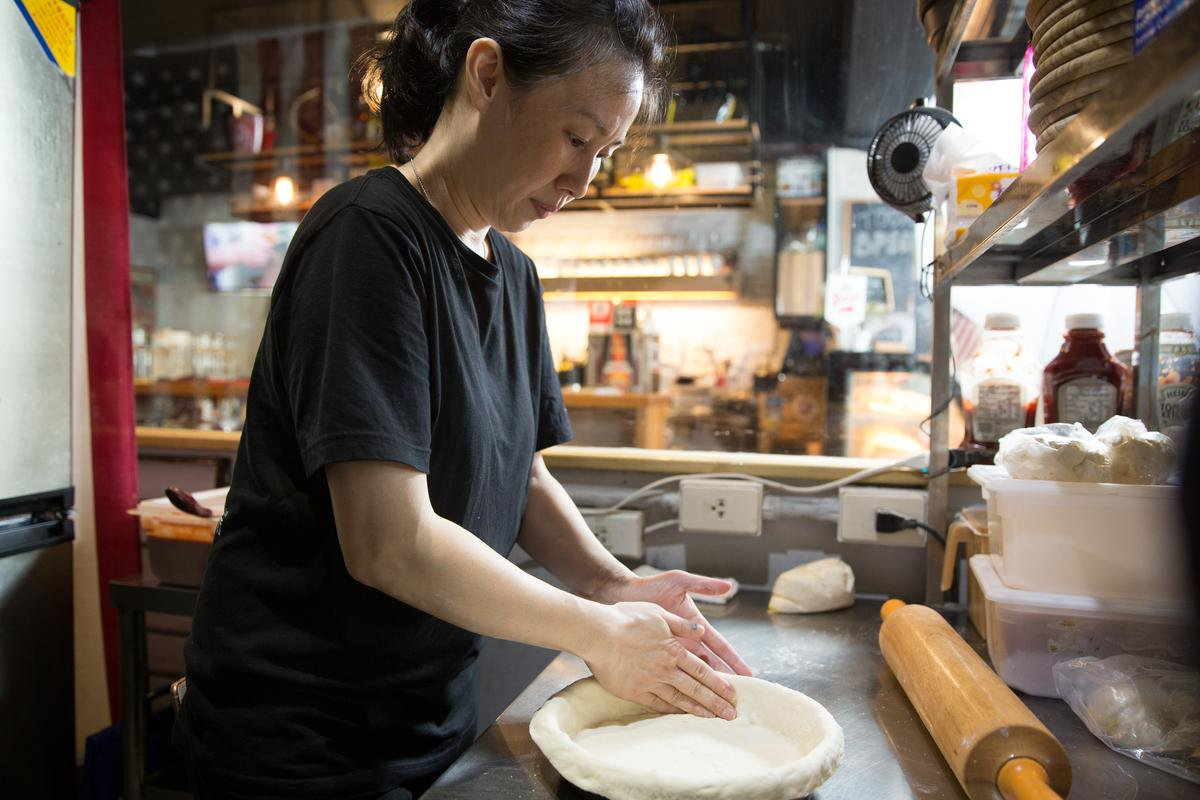 深盤披薩是以薄麵皮鋪底。