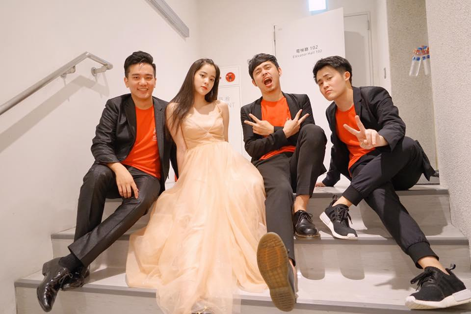 歐陽娜娜近期在台灣舉辦兩場演出,也跟樂團成員拍照。(翻攝自歐陽娜娜臉書)