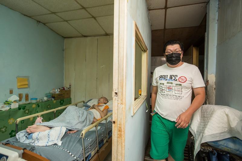 【聰明找照顧資源】43歲獨子顧80歲失智母親 他天天下班飆車回家