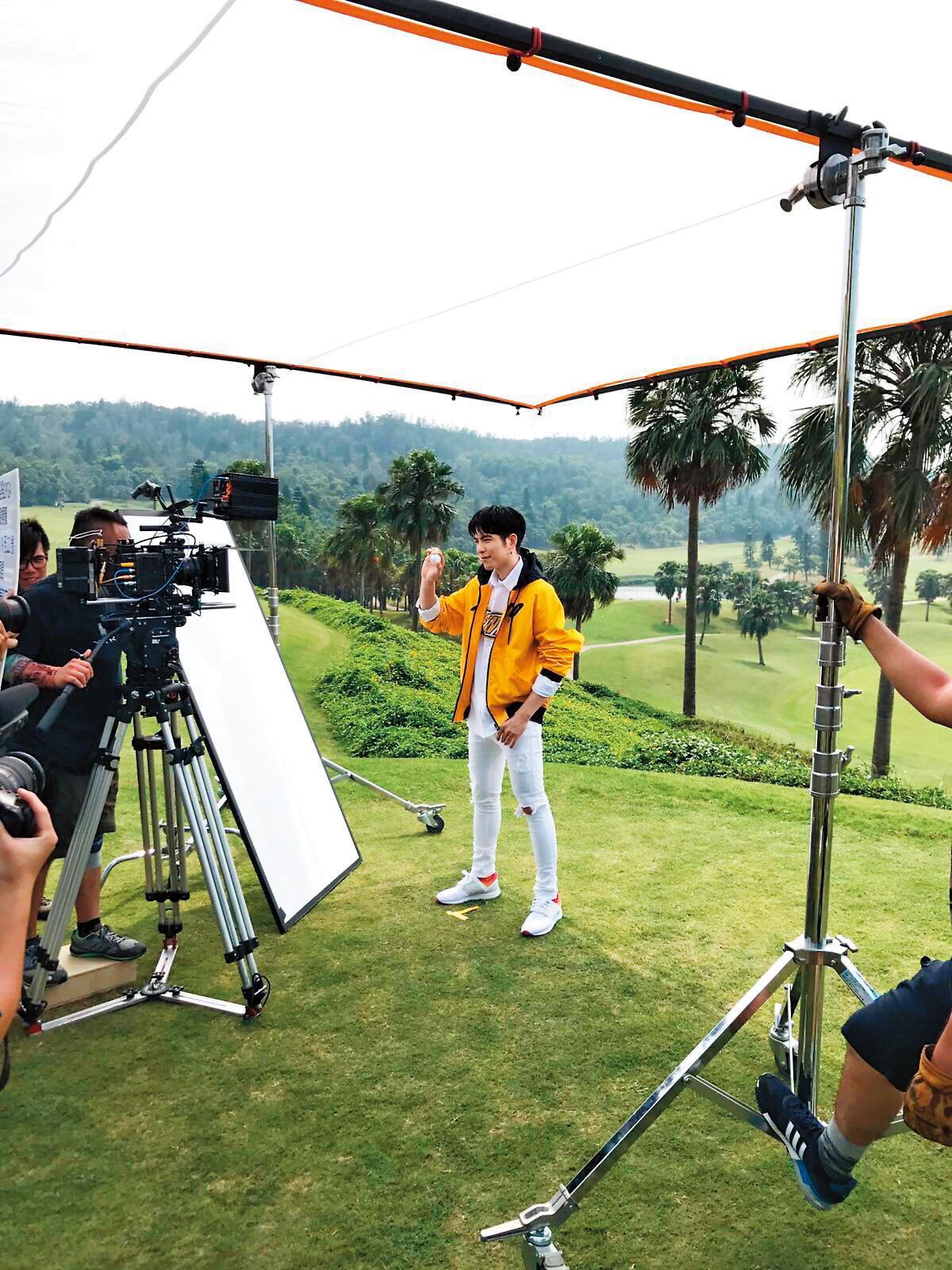 蕭敬騰為裙襬搖搖高爾夫賽事拍廣告。