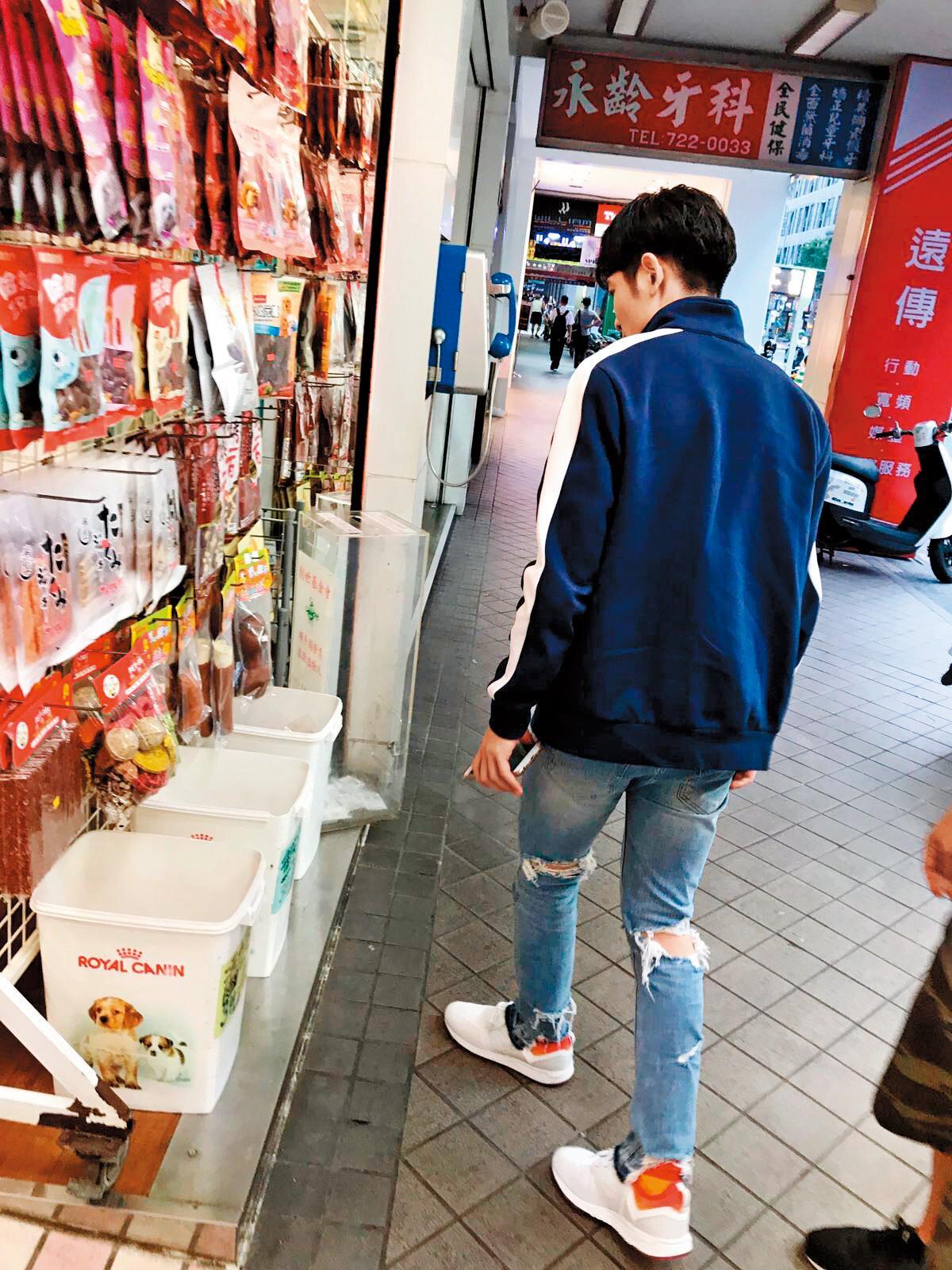 蕭敬騰工作完後逛寵物店,為家裡毛小孩添購用品。