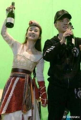 馮紹峰日前被拍到和《楚喬傳》女星趙麗穎約會,女方還到他家過夜。